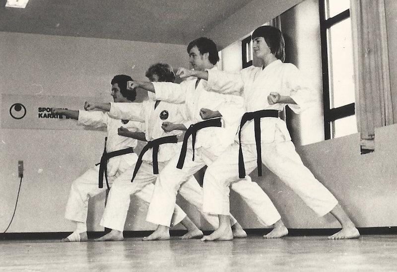 Lørdagstræning i Sporting Karate Do-Kai 1975. Tættest på er Frank Sabro, Jan Enestrøm, Lars Nissen og Jesper Palm Lundorf