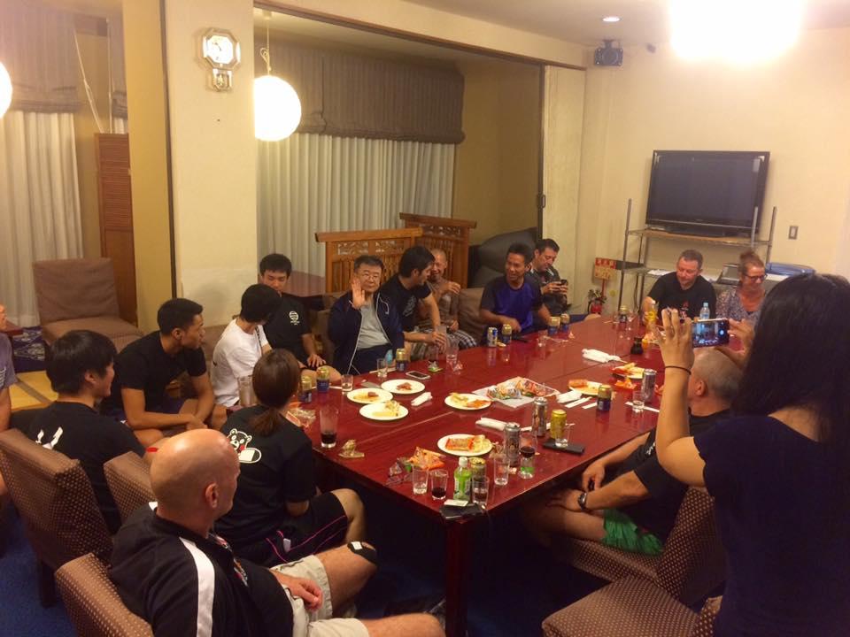 Tanaka senseis elever havde arrangeret hygge om aftenen. Der manglede intet.