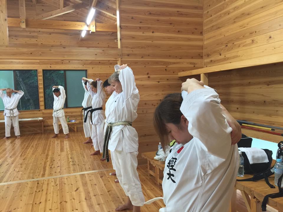 Træning i bjergdojo med universitetselever