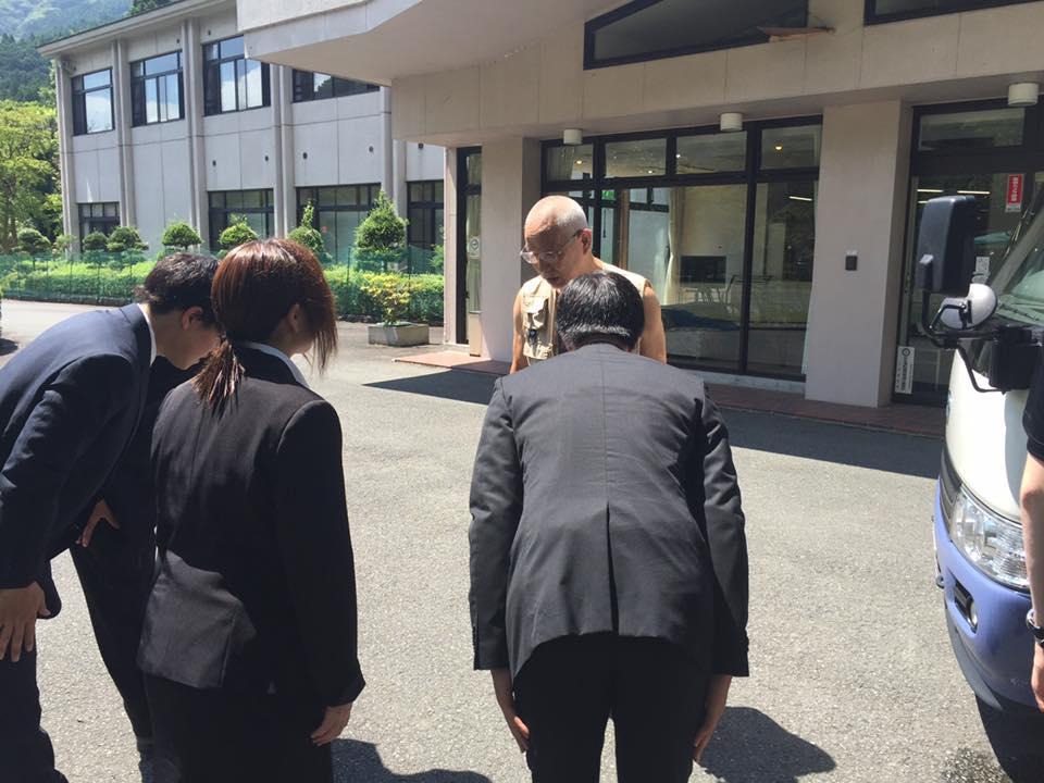 Tanaka sensei tager afsked med sine elever fra universitetet