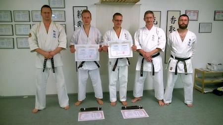 De to repræsentanter fra Helsingør har her fået overdraget certifikatet hvor der står de nu officielt er optaget i Shingoryu.