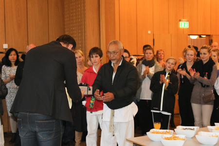 Thomas Bjurring overrækker her en gave til Masahiko Tanaka sensei under internationalt Gasshuku i Virum i november måned 2014