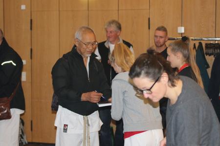 """Mange benyttede lejligheden til at få Shihan Tanaka til signere hans bog """"Perfection Kumite"""""""