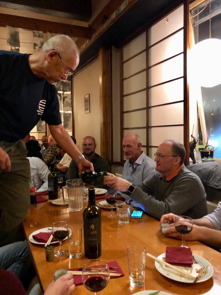 Tanaka sensei var som sædvanligt i højt humør og sørgede for at alle gæsterne havde noget i glasset
