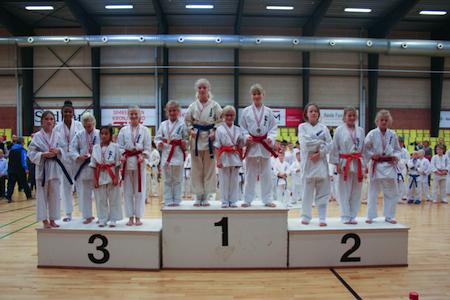 Karatespark og kampråb i børnehøjde