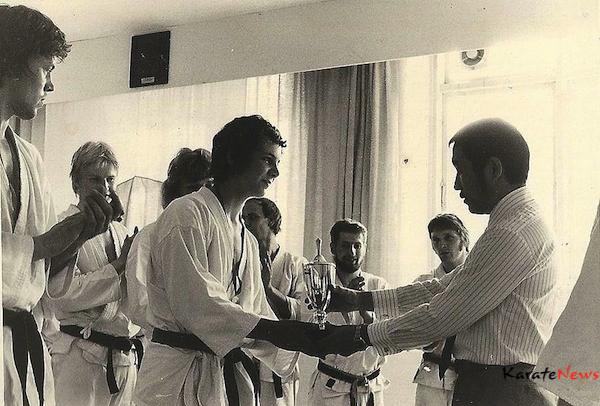 Klubmester 1974 er nøjagtig hvad billedet viser. Blev klubmester i Sporting Karate dengang tilbage. Det er Kobayashi Sensei, der overrækker pokalen.