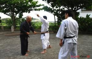Tokumura Sensei viser applikation i Nunti sai kata med Nagira Sensei