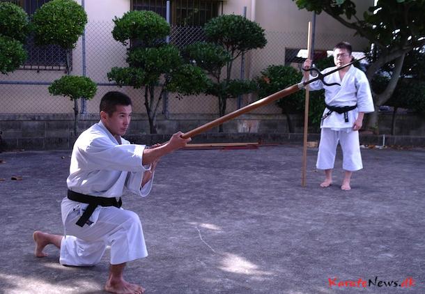 Nagira Sensei overser Sakamoto San udfører Nunti Bo kata..