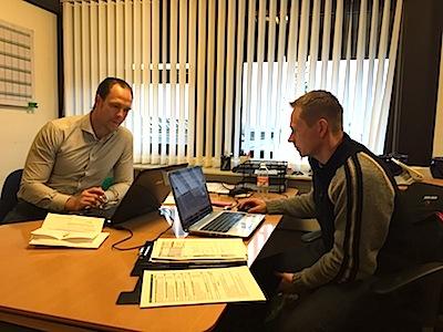 Thomas Bjurring her sammen med  Sekretariatsmedarbejder, Tejs Damkjær på forbundets kontor i Idrætttens Hus