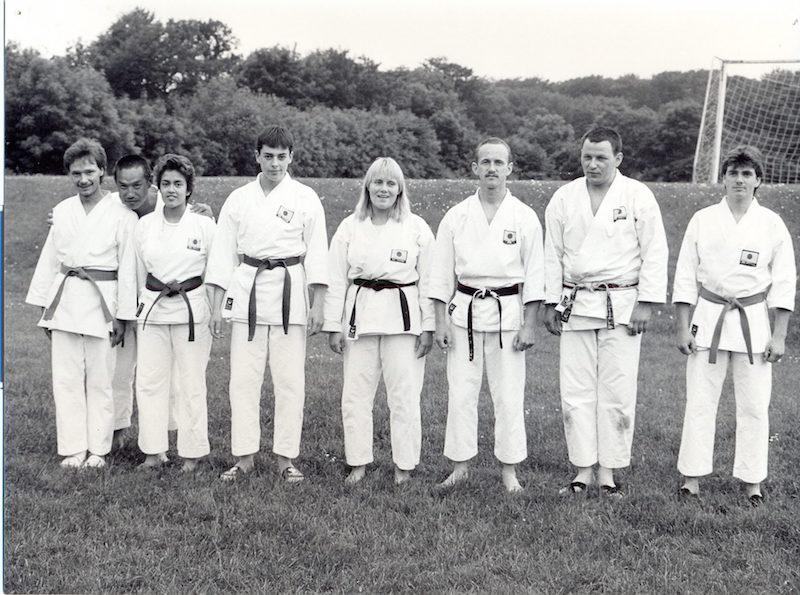 Forfatteren, Kjeld Eidnes,  sammen med karatekaer og Tanaka sensei under træningslejr i Dette er fra sommerlejer i Flemming v/ Horsens i 1987