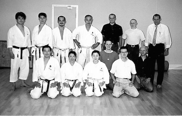 Det japanske karate-landshold, med Tanaka sensei som landstræner, gæstede Frank Starck-Sabroe sensei under en turnering i Europa. Bemærk Izumiya sensei nr. 3 fra venstre. – sammen med Tommy Abrahamsson, Thomas Jersbil, Claus Frier og Frank Starck-Sabroe.