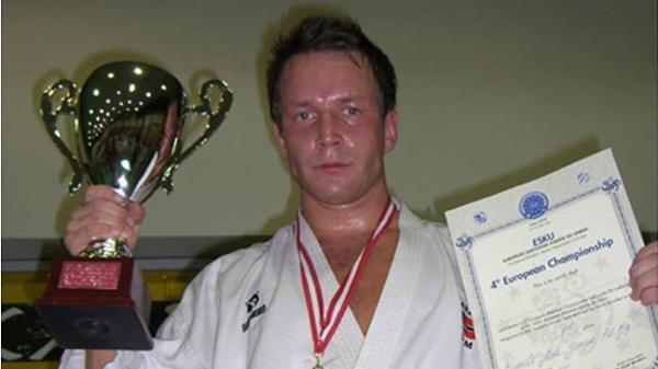Steffen Larsen træner frem mod EM i Madrid i 2012. Her ses han bronzemedaljen fra junior EM i 2004. Foto privat