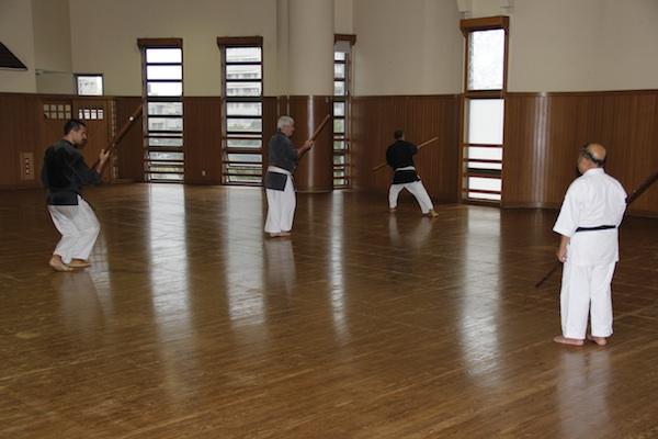 Kobudo træning i Okinawa Budokan
